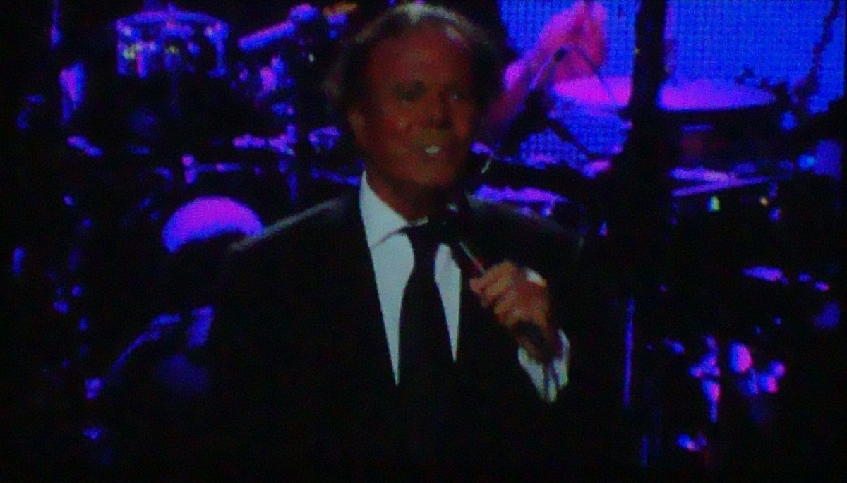 Julio Iglesias celebra cumpleaños cantando